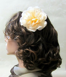 Vaalea persikka hiuskukka klipsillä