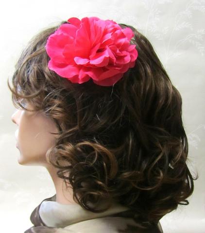 Fuksian värinen hiuskukka klipsillä
