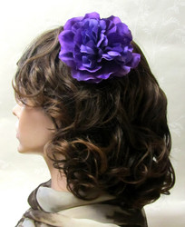 Violetti hiuskukka klipsillä