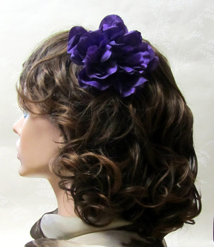 Tumma violetti hiuskukka klipsillä
