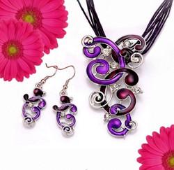 Violetti Kiemurat korusetti kristalleilla