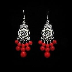 Ruusukorvakorut punaisilla helmillä