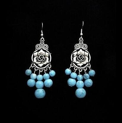 Ruusukorvakorut sinisillä helmillä