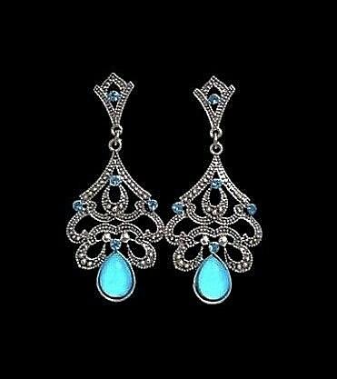Kauniit korvakorut hohtavalla/kuultavalla sinisellä
