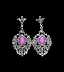 Kauniit korvakorut hohtavalla/kuultavalla violetilla