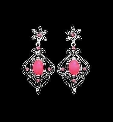 Kauniit korvakorut kuultavalla pinkillä