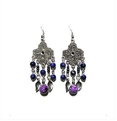 Violetit hopean väriset korvakorut helmillä