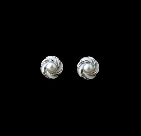 Valkohopeiset pyöreät nappikorvakorut helmellä