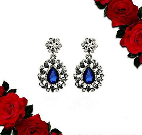 Kauniit siniset pisarakorvakorut strasseilla ja kristalleilla