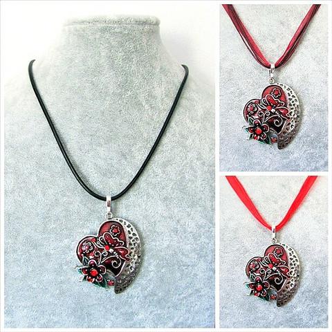 Kaunis punainen sydänkaulakoru