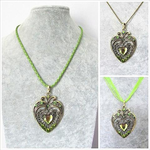 Iso kaunis pronssinvärinen sydänkaulakoru vihreillä tekojalokivillä