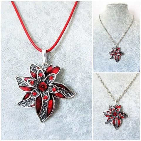 Kaunis punainen kukkakaulakoru