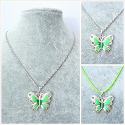 Pieni vihreä perhoskaulakoru
