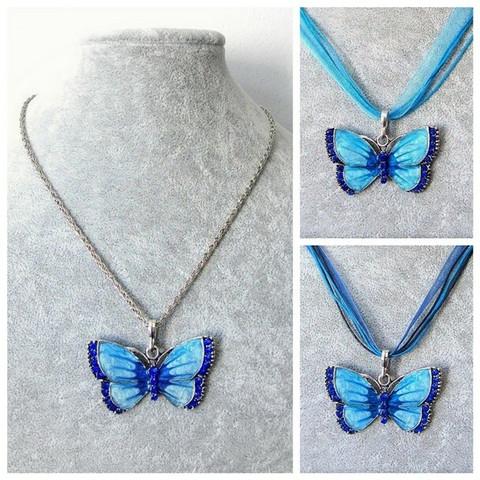 Kaunis sininen perhoskaulakoru, sinisillä koristekristalleilla