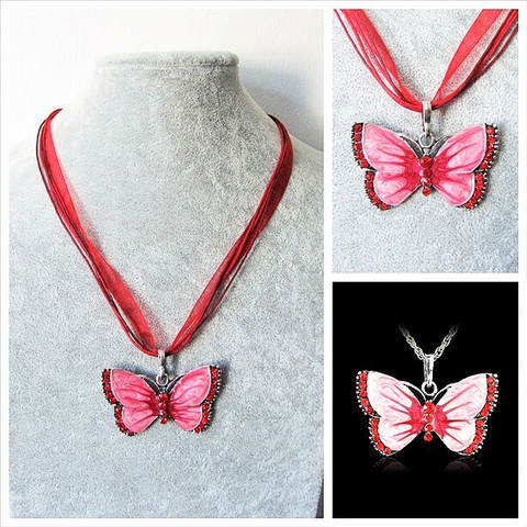 Kaunis punainen perhoskaulakoru, punaisilla koristekristalleilla