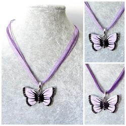 Kaunis violetti perhoskaulakoru, violeteilla koristekristalleilla