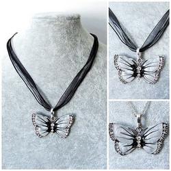 Kaunis musta perhoskaulakoru, kirkkailla koristekristalleilla