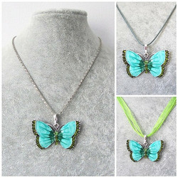 Kaunis vihreä perhoskaulakoru, vihreillä koristekristalleilla