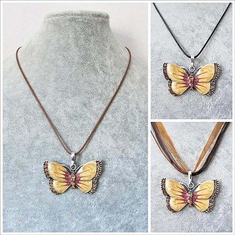 Kaunis ruskeankeltainen perhoskaulakoru, ruskeankeltaisilla koristekristalleilla