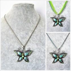 Kaunis hopeanvärinen vihreä perhoskaulakoru