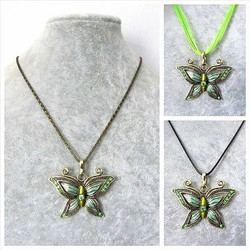 Kaunis pronssinvärinen vaaleanvihreä perhoskaulakoru