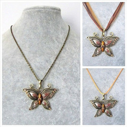 Kaunis pronssinvärinen punaisenruskea perhoskaulakoru