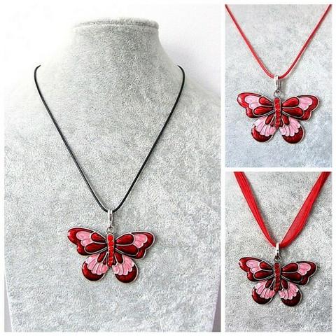 Kaunis punainen perhoskaulakoru