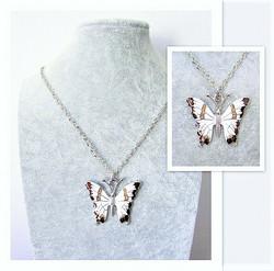 Todella upea ja laadukas ruskeavalkoinen perhoskaulakoru