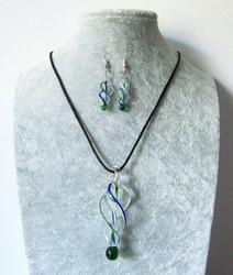 Läpikuultava vihreä-sininen-valkoinen lasispiraalisetti.