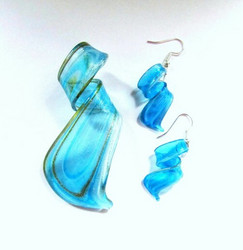 Ihana loivakierteinen sinikultainen läpikuultava lasikorusetti