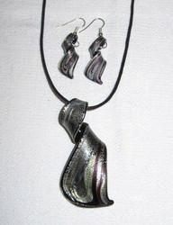 Ihana loivakierteinen musta-hopea-rusehtava lasikorusetti