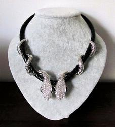 Upea Art Deco Käärmekaulakoru paksulla keinonahkanauhalla, hopea