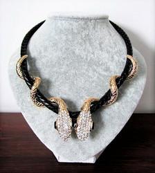 Upea Art Deco Käärmekaulakoru paksulla keinonahkanauhalla, kulta