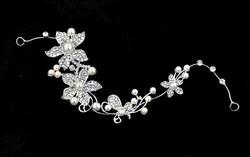 Hopeanvärinen köynnösmäinen Kukka-hiuskoru helmillä ja kristalleilla