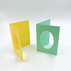 Kaksiosainen korttipohja soikealla aukolla