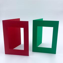 Kaksiosainen korttipohja aukolla
