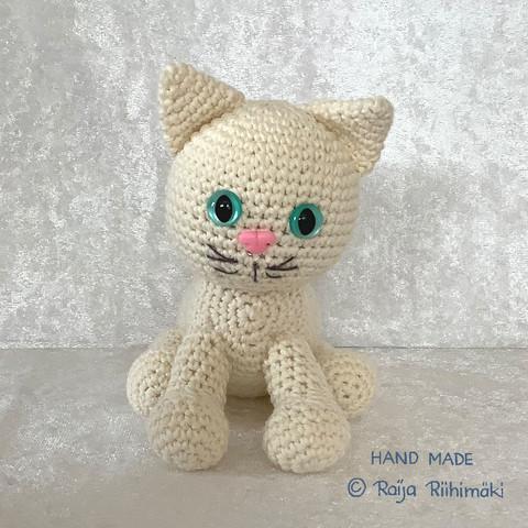 Virkattu  valkoinen kissa