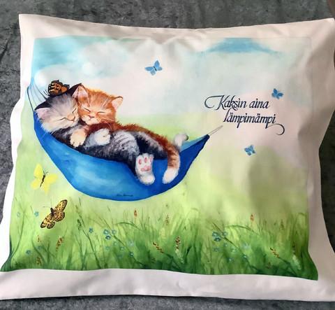 Tyynyliina Kissat riippukeinussa