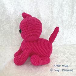 Virkattu  pinkinvärinen kissa