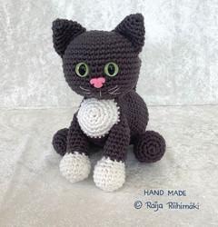 Virkattu  tummanharmaa/ valkoinen kissa