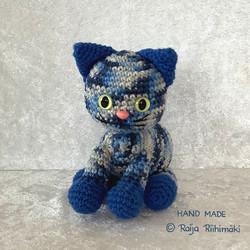 Virkattu  sini/valkokirjava kissa