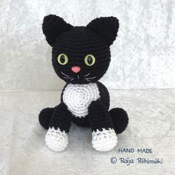 Virkattu  musta/valkoinen kissa