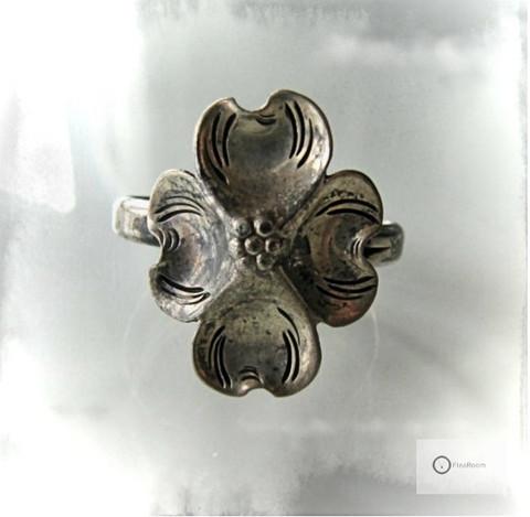Vanha Hopeasormus Kanukan Kukka