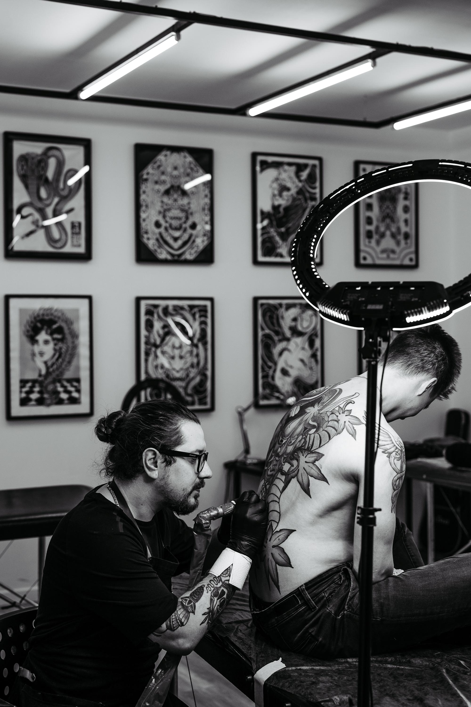 Kuinka piirretään moitteettoman suora ääriviiva? Mikä on salaisuus tatuointineulan valintaan?
