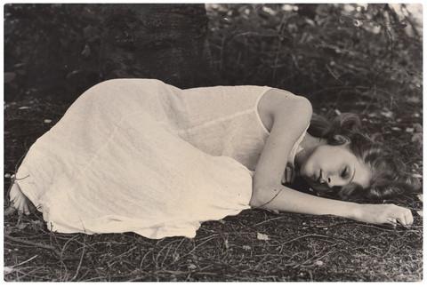 Nukkuva -taidepostikortti