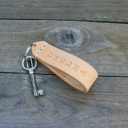 Nahkainen avaimenperä omalla tekstillä