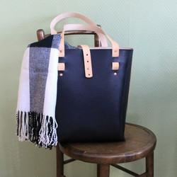 Tina's Tote Bag, musta