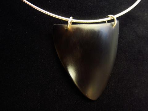 Terä -hirvenkynsikaulakoru hopeapannassa