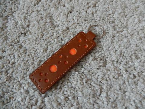 Nahkainen avaimenperä, konjakki/oranssi, heijastava