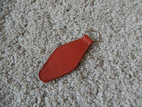 Nahkainen avaimenperä, lohenpunainen